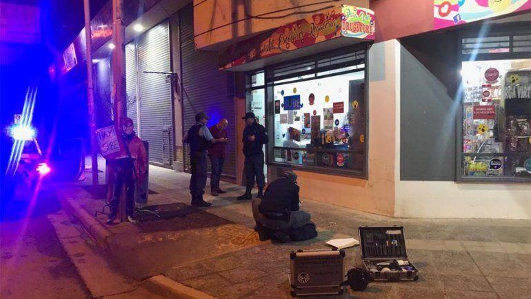 Un kiosquero se abalanzó sobre el arma del motochorro para proteger a su familia