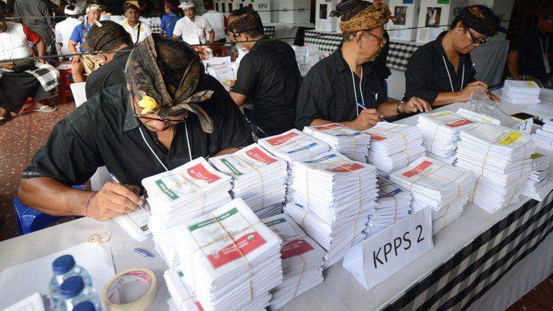 Indonesia: 300 muertos en el conteo de votos