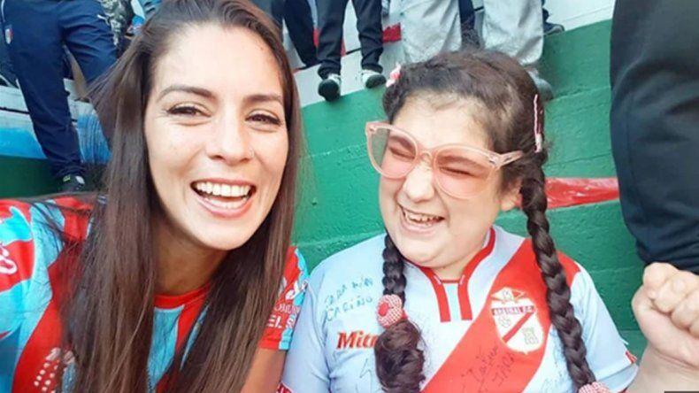 El emocionante video de una mamá relatándole un gol a su hija ciega