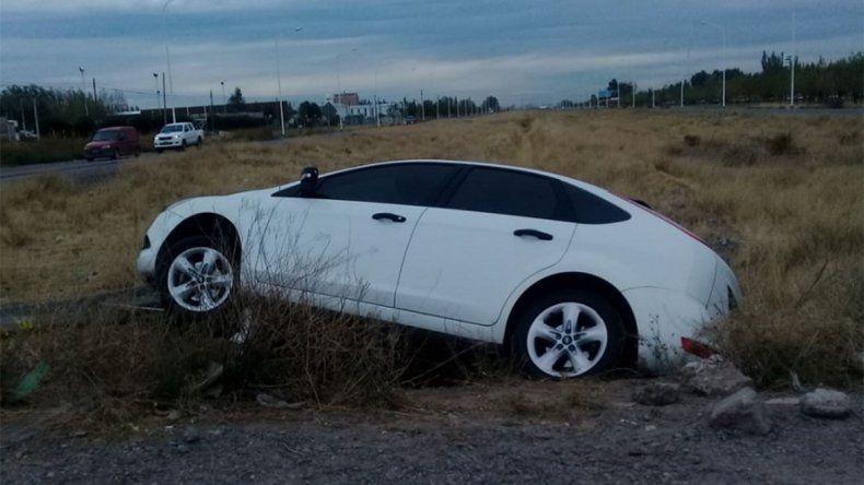 Perdió el control de su auto y terminó adentro de una zanja