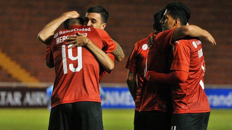 El Rojo ganó en Perú y avanza en la Copa