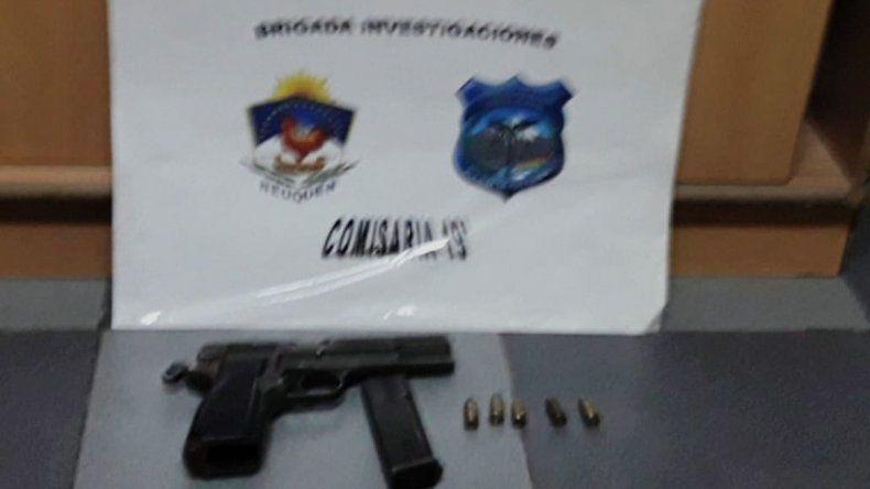 Un allanamiento en Confluencia terminó con piedrazos a la Policía
