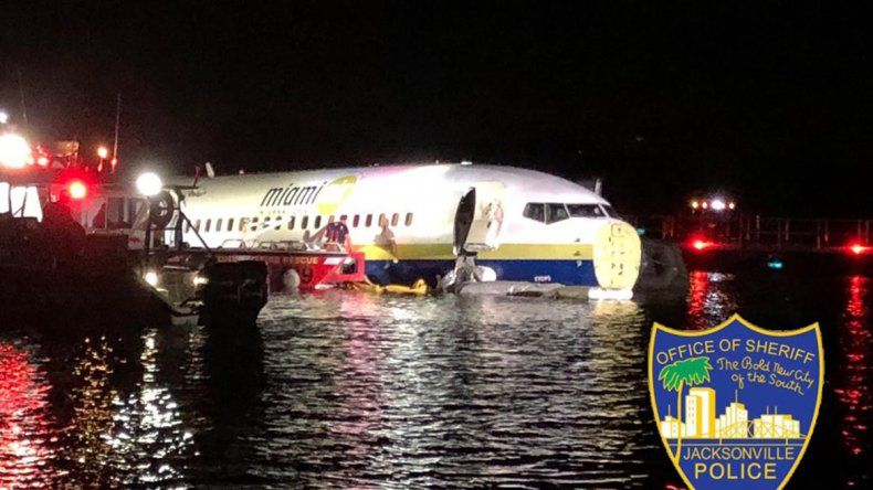 Un avión comercial se despistó y terminó en un río