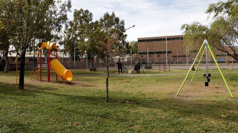 Con juegos para los pibes, salen a mejorar las plazas