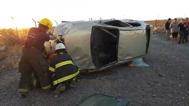 Cuatro heridos en un vuelco próximo al autódromo de Centenario