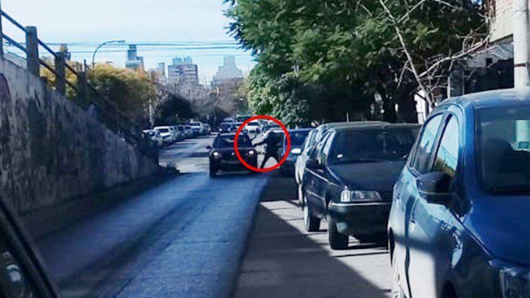 Relatos salvajes: dos conductores discutieron y se corrieron con una cadena y un ladrillo