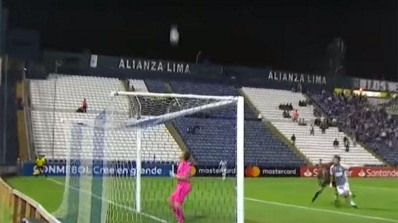 ¿El gol más insólito del año? Un arquero chileno pasó vergüenza en la Copa Libertadores
