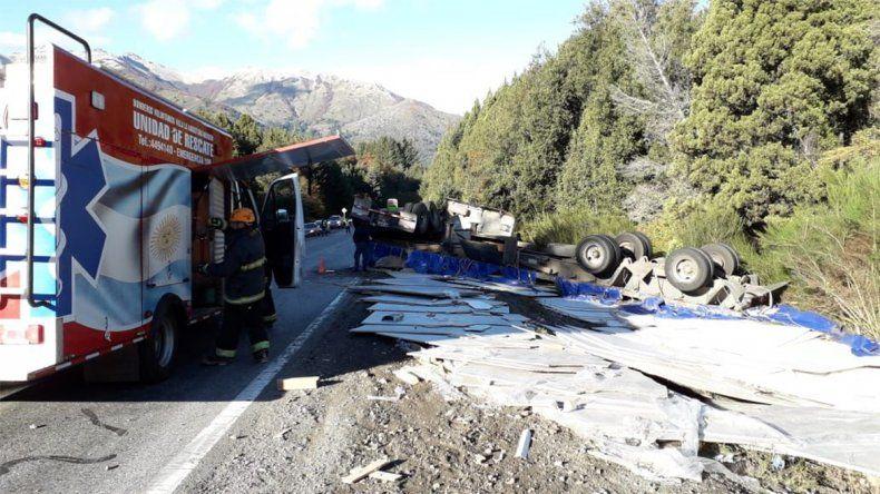 Un camión chileno volcó sobre la Ruta 40 y destruyó toda la carga que transportaba
