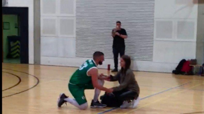 Jugador de básquet fingió lesión, entró su novia y le propuso casamiento