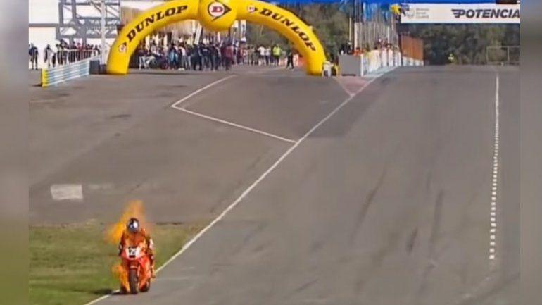 Piloto se salvó de milagro cuando su moto se le prendió fuego