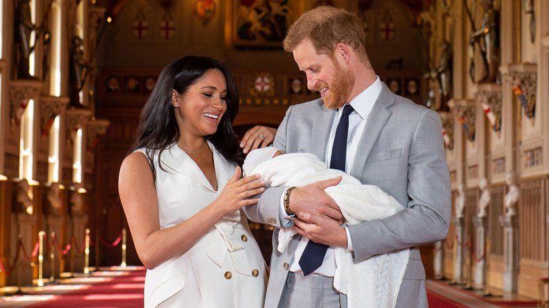 Echan a periodista por tratar de mono al hijo del príncipe