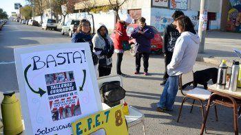 la comunidad educativa del epet 8 corto una calle por falta de obras