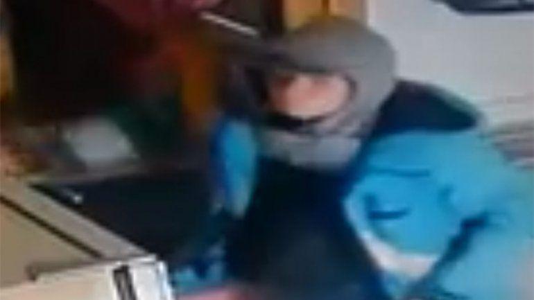 Robó en una hostería de Villa La Angostura y quedó escrachado por las cámaras
