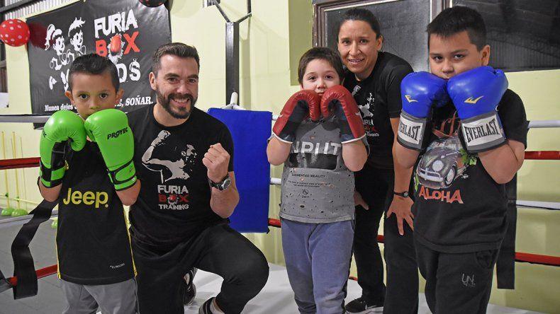 Jugando, forman a los futuros boxeadores