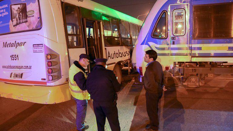 Pasajeros revelaron que el chofer del colectivo que chocó con el tren manejaba mirando el celular y con auriculares