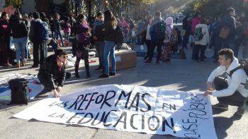 acampe: ahora estudiantes se quejan por vaca muerta