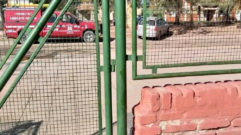 Susto en la escuela 229 de Centenario: un nene quedó con la cabeza atrapada en la reja