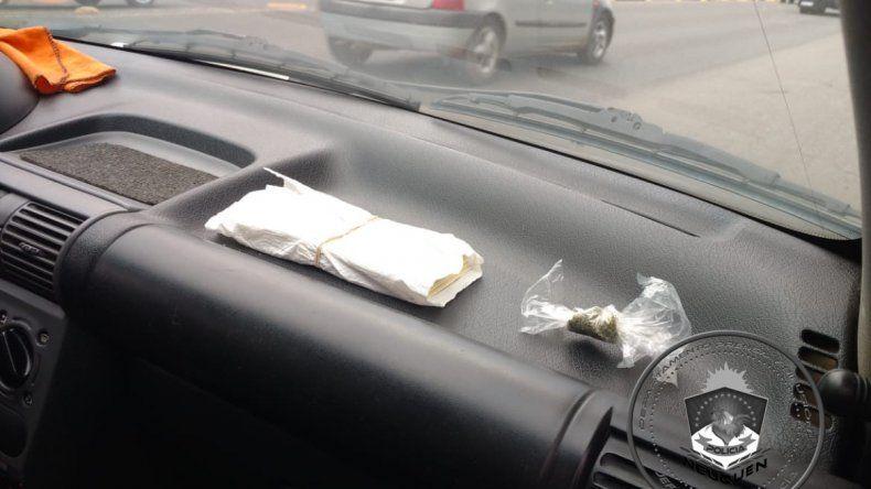 Circulaban con marihuana, cocaína y dólares truchos sobre el tablero del auto: fueron demorados