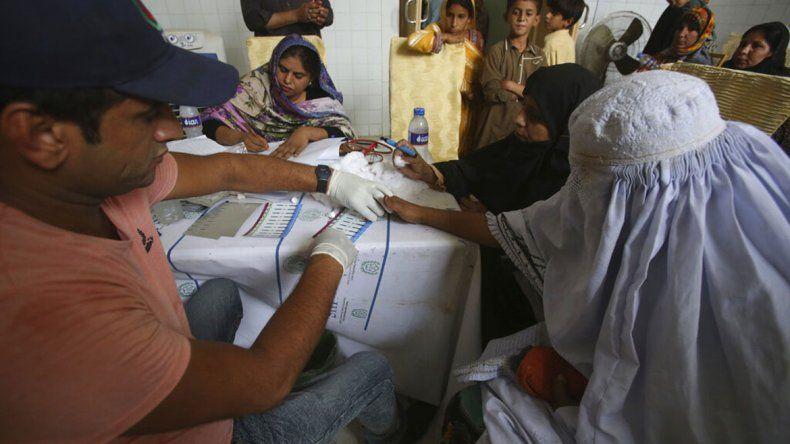 Médico infecta con VIH a unas 400 personas