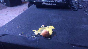 le tiraron huevos a marta sanchez y termino su show