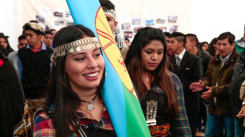 Pibes mapuches hicieron historia y egresaron de la escuela intercultural bilingüe