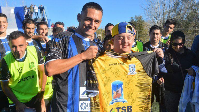 Francis, el amigo de Tevez, reconocido y ovacionado por todo Rincón