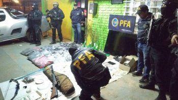 la policia federal revento dos kioscos narcos en el oeste