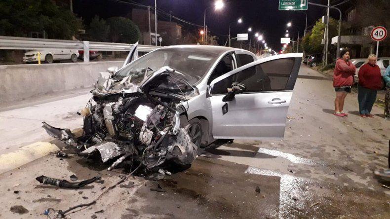 Perdió el control de su auto, chocó uno que estaba estacionado y luego contra un árbol