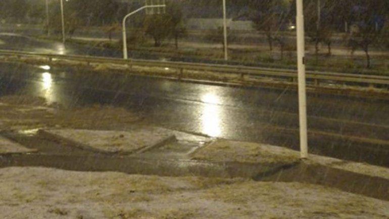 La nieve llegó a Zapala y complica las rutas en la zona