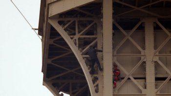cerraron la torre eiffel por un hombre que escalo el monumento
