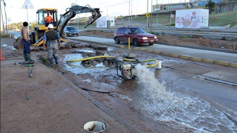 La rotura de un caño de agua convirtió en un río a la calle Colón