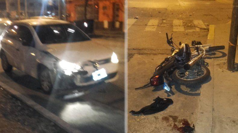 Uno cruzó en rojo y se produjo un choque entre un auto y una moto