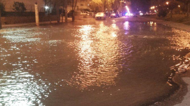 Caño de agua roto formó una laguna y complica el tránsito en el Bajo