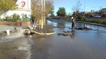cano de agua roto complica el transito en el bajo