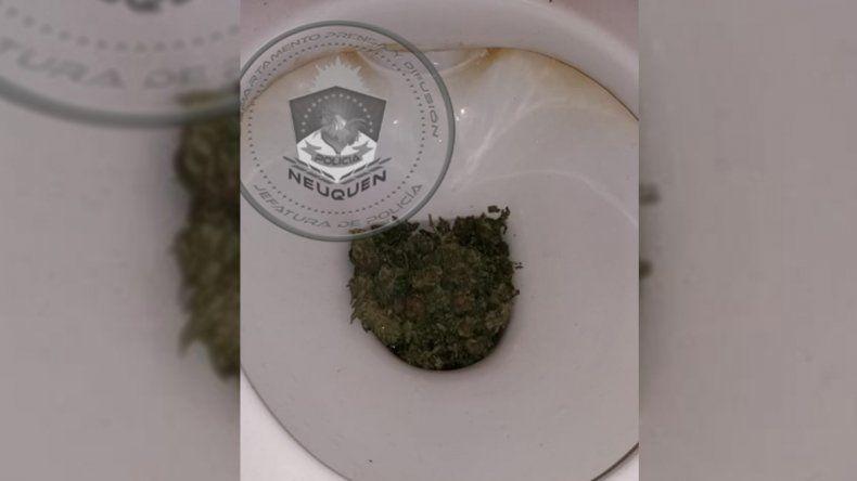 Insólito: quiso deshacerse de la droga que tenía tirándola al inodoro pero lo tapó