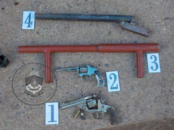 Centenario: detuvieron a dos jóvenes y secuestraron cuatro armas