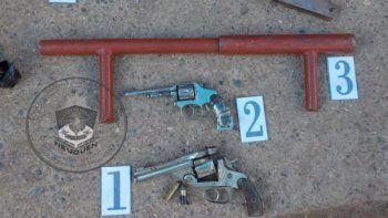 centenario: detienen a dos jovenes y secuestran cuatro armas