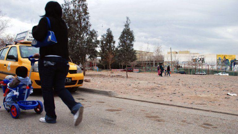 Taxista escapó de un control, quiso atropellar a agente, se escondió pero terminó demorado