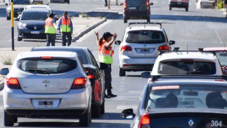 Le formularán cargos al conductor que agredió a una inspectora de tránsito