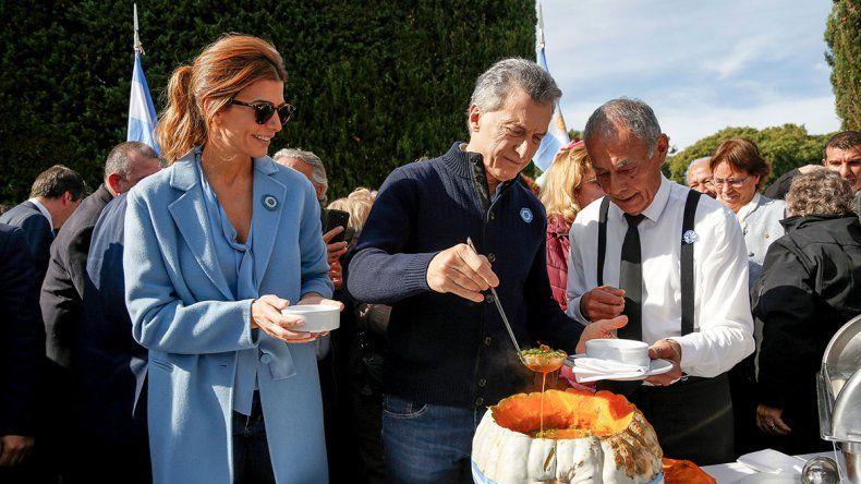 25 de Mayo: Macri sirvió el locro patrio y recibió a los campeones del mundo del rugby inclusivo