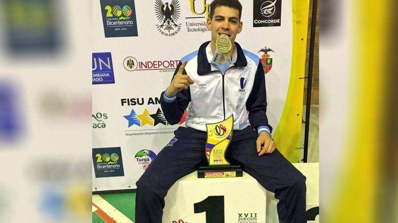 Un bocho y un crack: estudia en la UNCo y ganó la medalla de oro en básquet con Argentina
