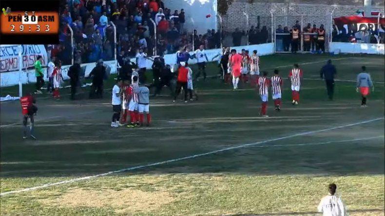 Recibieron un gol, agredieron al árbitro y se fueron de la cancha