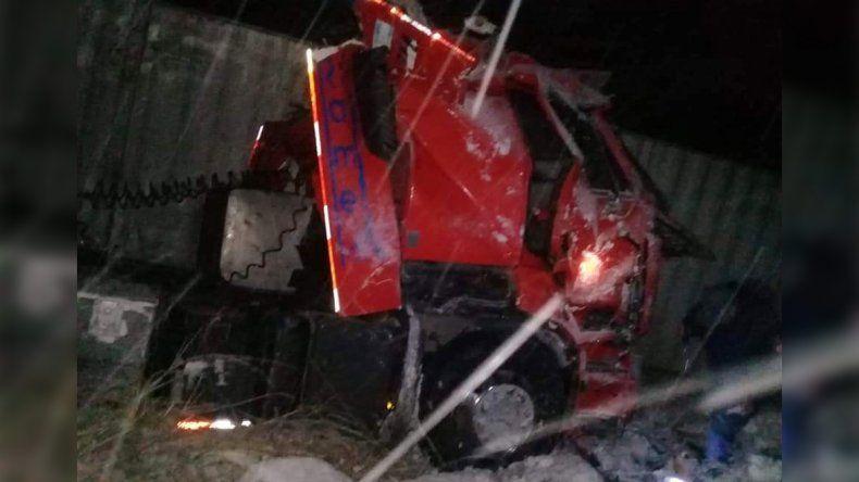 Por el hielo, un camión desbarrancó en Pino Hachado
