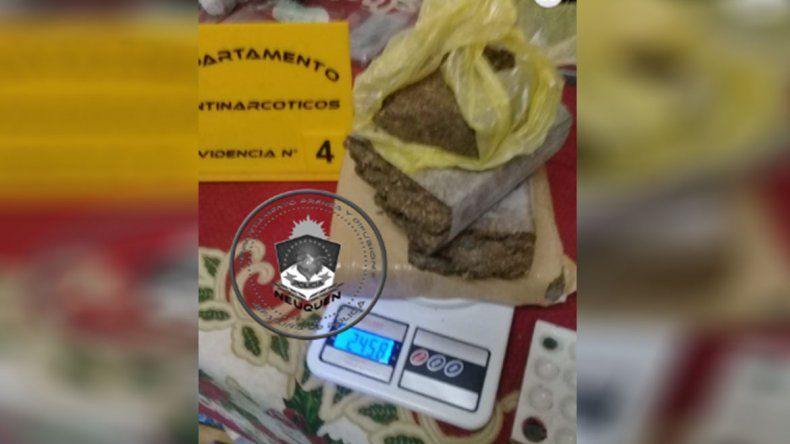 Secuestran 2,4 kilos de marihuana y casi 50 mil pesos en Centenario