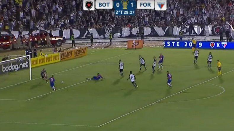 Solo y abajo del arco: ¿el gol errado más insólito del año?