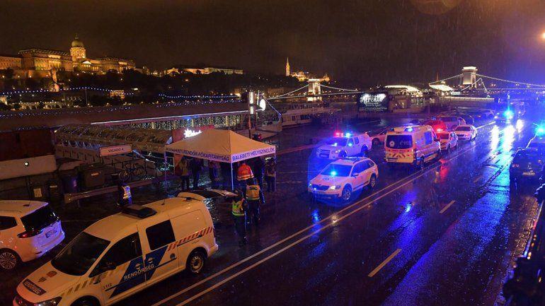 Un barco lleno de turistas chocó con otro y se hundió