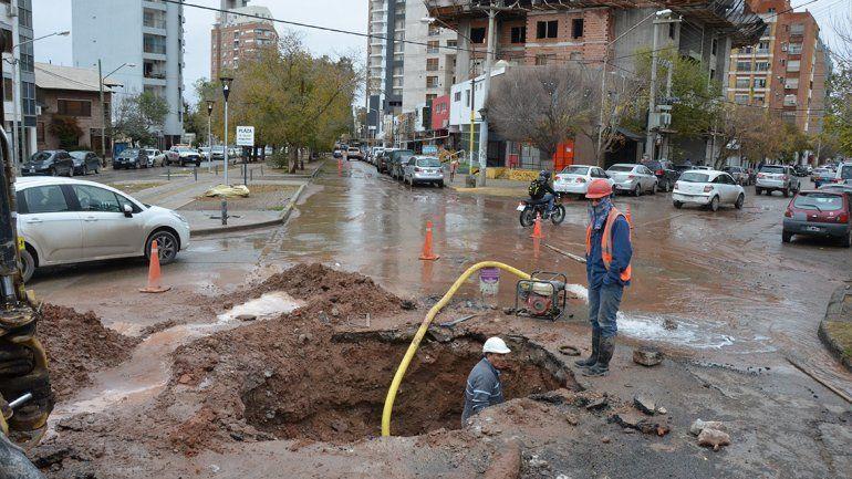 Sigue el trabajo de EPAS en los caños rotos que afectan el centro y este de la ciudad