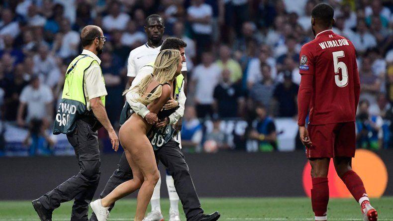 ¿Qué promocionaba la nudista que interrumpió la final de la Champions League?