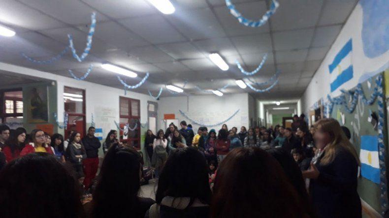 La comunidad del CPEM 50 de Centenario, convulsionada por denuncia de acoso contra un docente