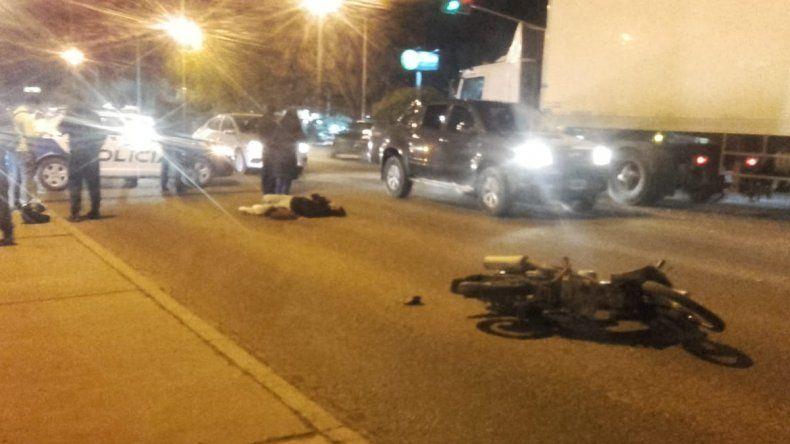 Motociclista resultó herida tras chocar con un auto en la Ruta 22: el conductor se fugó